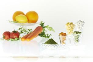 グラスに入ってる各種ビタミン剤と野菜の素材 [FYI00962949]