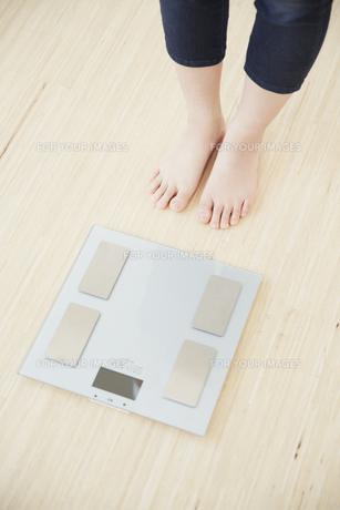 体重計と女性の足元の素材 [FYI00962956]