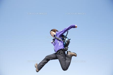 ジャンプするリュックを背負った男性の素材 [FYI00962970]