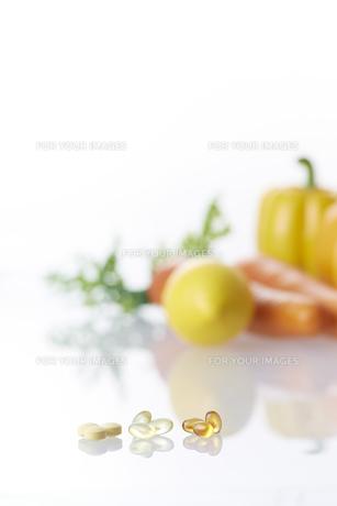 ビタミンカプセルと野菜の素材 [FYI00962974]