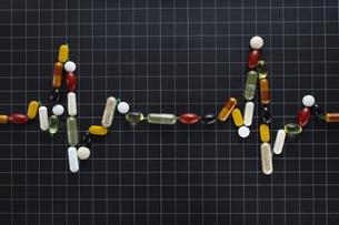 各種ビタミン剤で波形の形を作るの素材 [FYI00962987]
