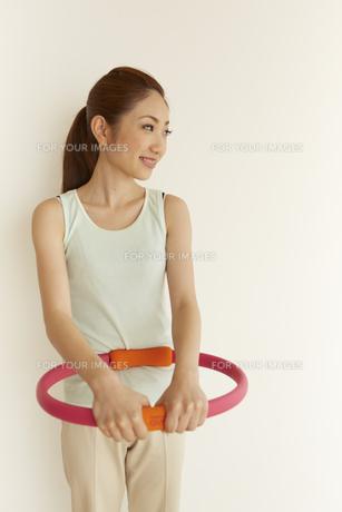 赤い器具を持つ女性の素材 [FYI00962999]