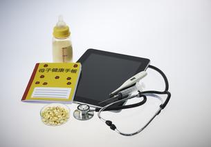 タブレットと聴診器とビタミンのカプセルと母子手帳の素材 [FYI00963024]
