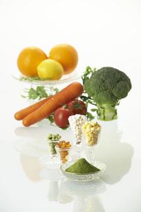 グラスに入ってる各種ビタミン剤と野菜の素材 [FYI00963067]