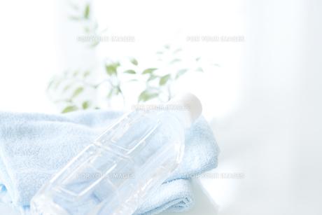 タオルと水の入ったペットボトルの素材 [FYI00963202]
