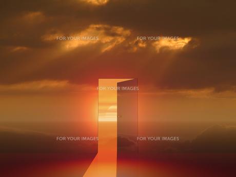 朝陽が差し込むドアの素材 [FYI00963695]