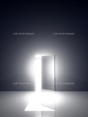 光が差し込むドアの素材 [FYI00963696]
