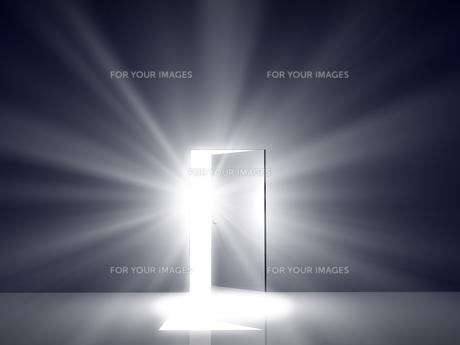 光が差し込むドアの素材 [FYI00963697]