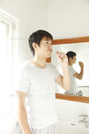歯を磨く30代男性の素材 [FYI00963886]