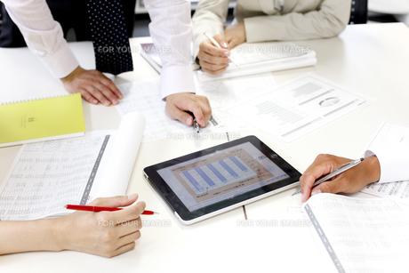 会議するビジネスマンの手元アップの素材 [FYI00963985]