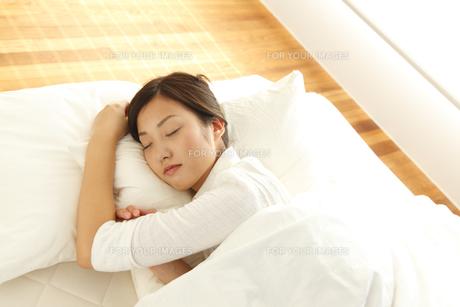 スヤスヤと眠る若い女性の素材 [FYI00964067]