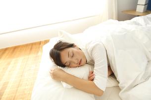 スヤスヤと眠る若い女性の素材 [FYI00964078]