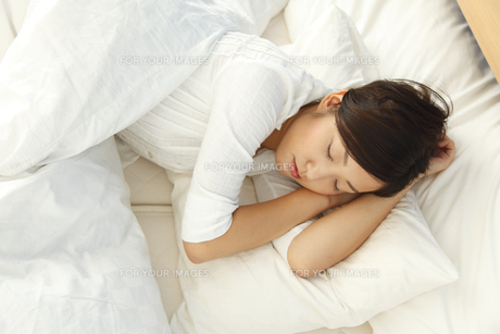 スヤスヤと眠る若い女性の素材 [FYI00964101]