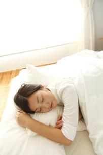 スヤスヤと眠る若い女性の素材 [FYI00964103]