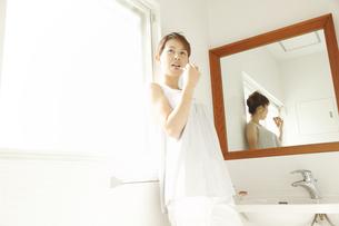 歯を磨く30代女性の素材 [FYI00964170]