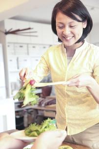 サラダを取り分ける女性の素材 [FYI00964489]