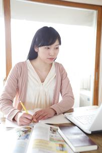 自宅で勉強をする女子学生の素材 [FYI00964519]