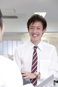 オフィスで立ち話をするビジネスマンの素材 [FYI00965016]