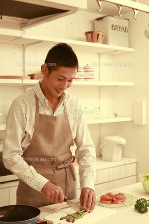 夕食を調理する30代男性の素材 [FYI00965685]