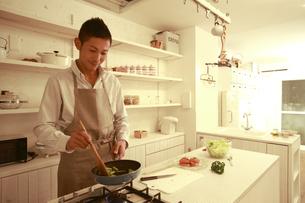 夕食を調理する30代男性の素材 [FYI00965738]