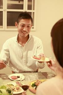 自宅で夕食を楽しむ30代カップルの素材 [FYI00965742]