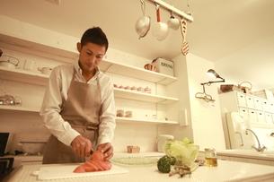 夕食を調理する30代男性の素材 [FYI00965746]
