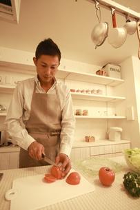 夕食を調理する30代男性の素材 [FYI00965749]