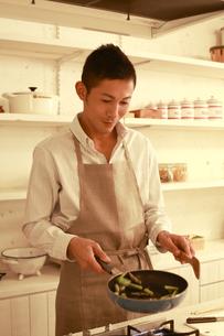 夕食を調理する30代男性の素材 [FYI00965807]