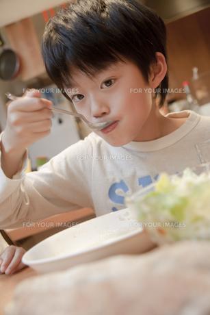 夕食を楽しむ男の子の素材 [FYI00966097]