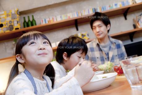 夕食を楽しむ女の子の素材 [FYI00966099]