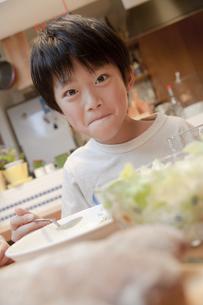 夕食を楽しむ男の子の素材 [FYI00966130]