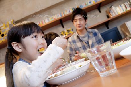 夕食を楽しむ女の子の素材 [FYI00966132]