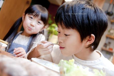 夕食を楽しむ男の子の素材 [FYI00966255]