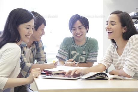 ゼミ教室でディスカッションする複数の男女大学生の素材 [FYI00966893]