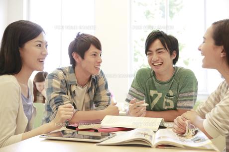 ゼミ教室でディスカッションする複数の男女大学生の素材 [FYI00966901]