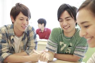 ゼミ教室でディスカッションする複数の男女大学生の素材 [FYI00967035]