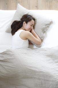 ベッドで睡眠中の若い女性の素材 [FYI00967284]