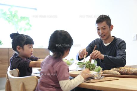食事をする父親と幼い女の子きょうだいの素材 [FYI00967703]