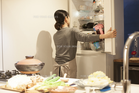 夕食の支度をするミドル女性の素材 [FYI00967977]