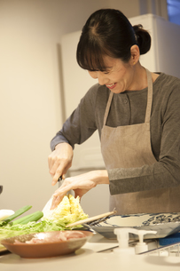 夕食の支度をするミドル女性の素材 [FYI00967979]