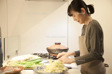 夕食の支度をするミドル女性の素材 [FYI00967981]