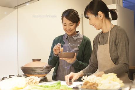 夕食の支度をする母親と娘の素材 [FYI00968002]