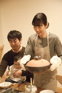 鍋を運ぶミドル女性の素材 [FYI00968006]