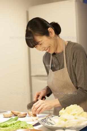夕食の支度をするミドル女性の素材 [FYI00968007]