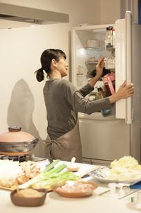 夕食の支度をするミドル女性の素材 [FYI00968012]