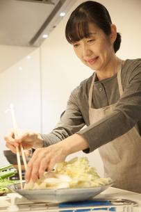 夕食の支度をするミドル女性の素材 [FYI00968016]