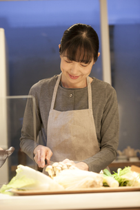 夕食の支度をするミドル女性の素材 [FYI00968024]