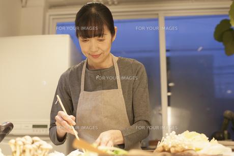 夕食の支度をするミドル女性の素材 [FYI00968025]