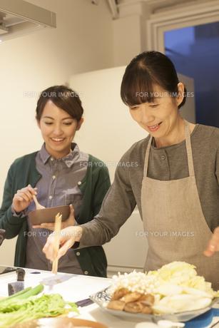 夕食の支度をする母親と娘の素材 [FYI00968030]
