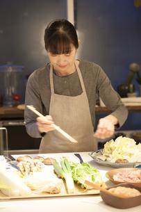 夕食の支度をするミドル女性の素材 [FYI00968032]